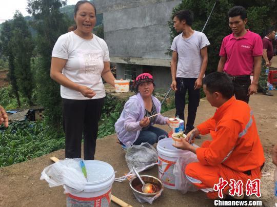 """贵州水城山体滑坡救援:村民清晨做""""爱心餐"""" 肩挑近两公里"""