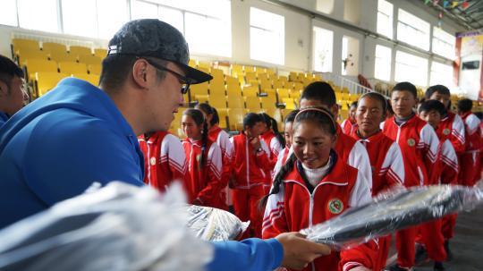 爱心进西藏,高原少年的网球梦