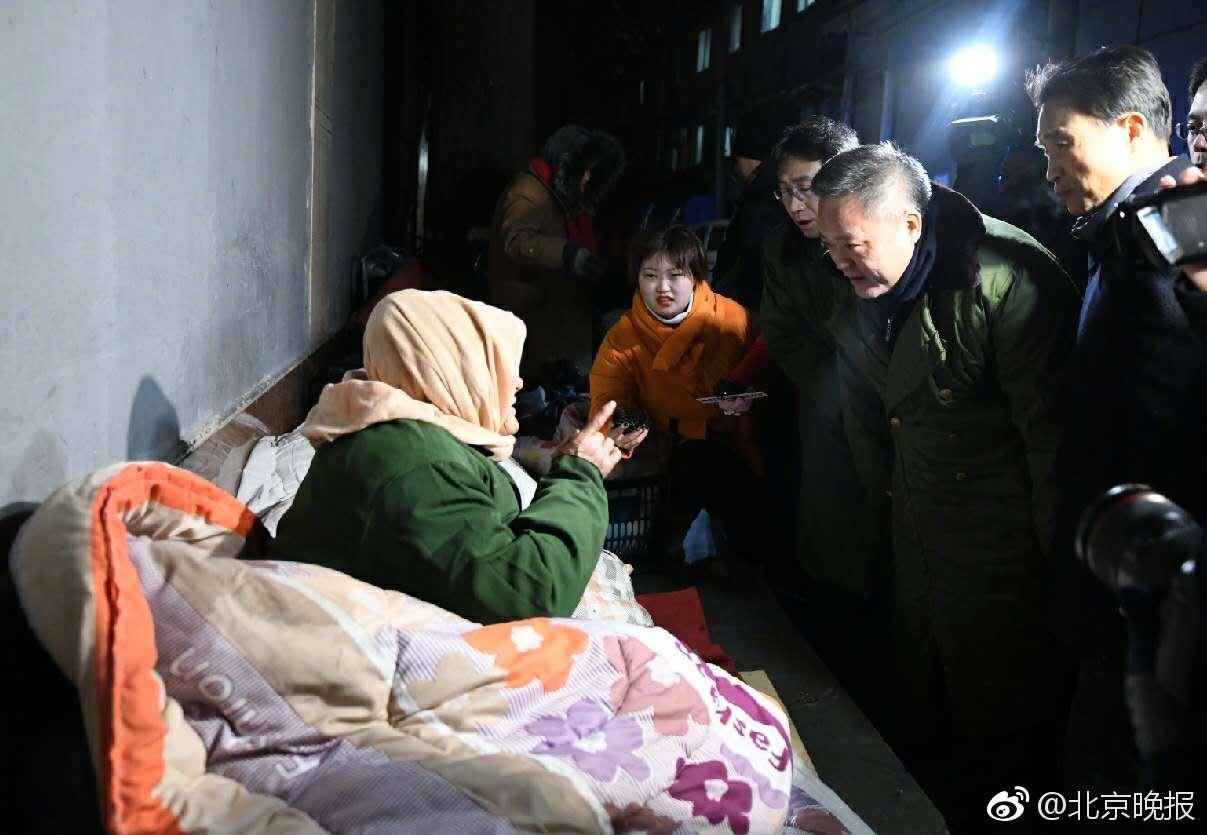 北京多部门联合行动 寒风中救助流浪乞讨人员