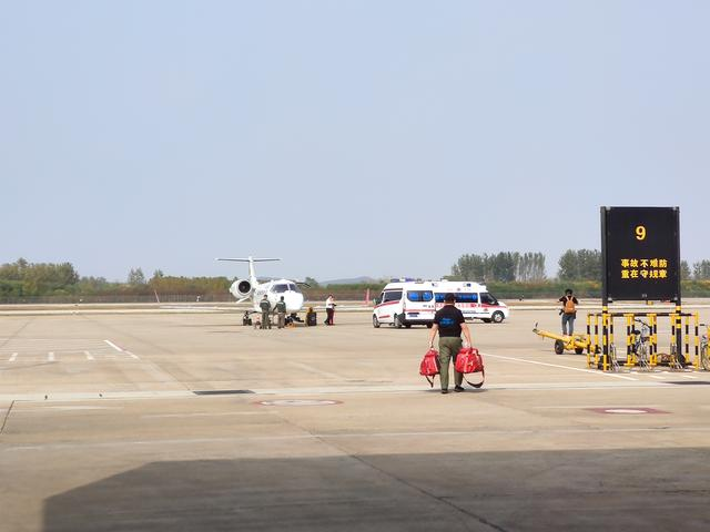 华彬航空医疗救援助安徽病危双胞胎患儿顺利转院北京