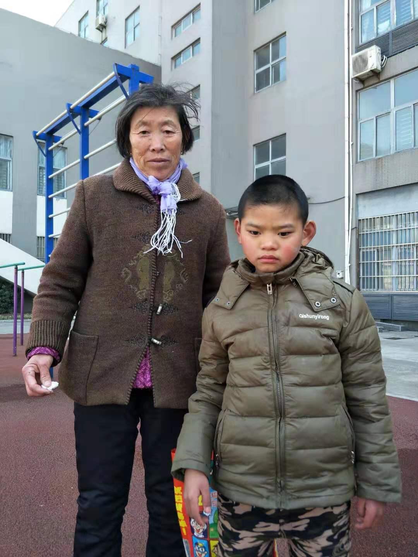 """奶奶""""偷课""""四年辅导视障孙子,网友点赞称其为最美奶奶"""