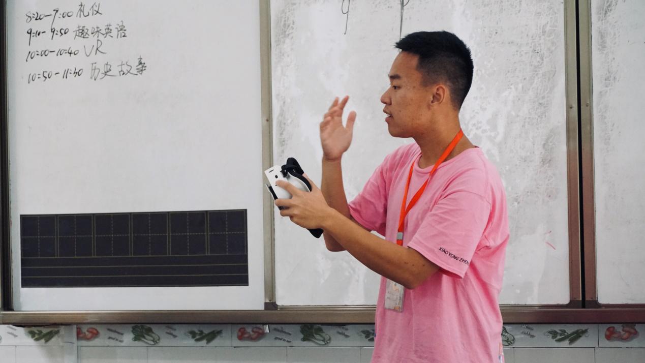 丙安古镇红军小学迎来VR体验课程
